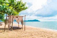 Pabellón hermoso en la playa imagenes de archivo