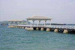 Pabellón largo blanco del puente de madera en el mar, Fotos de archivo