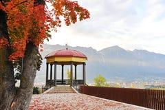 Pabellón que pasa por alto la ciudad en el panorama del Das el Tirol en la ciudad de Innsbruck Fotos de archivo libres de regalías