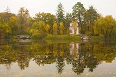 Pabellón rosado antiguo en el lago del parque del otoño fotografía de archivo
