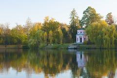 Pabellón rosado antiguo en el lago del parque del otoño imagenes de archivo