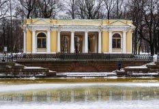 Pabellón Rossi en el jardín de Mihajlovsky imagenes de archivo