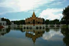 Pabellón tailandés en el medio del agua imágenes de archivo libres de regalías