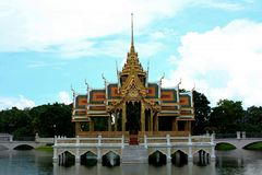 Pabellón tailandés en el medio del agua fotografía de archivo libre de regalías