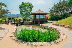 Pabellón y charca en el pueblo literario de Kim usted jeong en Corea fotos de archivo