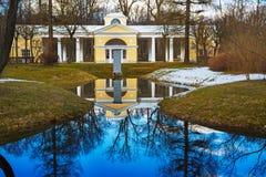 Pabellón y lago blancos en el parque de Pavlovsk foto de archivo