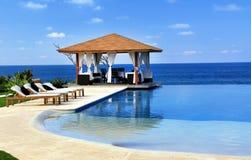 Pabellón y piscina en centro turístico Imagen de archivo