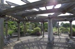 Pabellón de madera del jardín Fotos de archivo libres de regalías