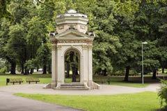 Pabellón viejo en el parque Kronvalda Riga, Latvia Imagen de archivo libre de regalías
