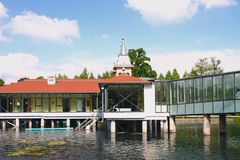 Pabellones en pilas sobre el lago termal Heviz, Hungría fotografía de archivo