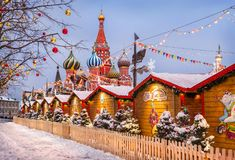 Pabellones justos y bolas del ` s del Año Nuevo en los árboles en Plaza Roja Fotos de archivo