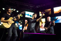 Pablo Alborà ¡ n med musikbandet i levande konsert Royaltyfria Bilder