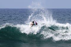 Pablo Paulino que practica surf en el Triple Crown Hawaii Imagenes de archivo
