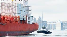 PAC PORTLAND de cargo en route au port d'Oakland photographie stock libre de droits