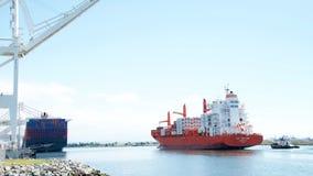 PAC PORTLAND de cargo en route au port d'Oakland photos stock