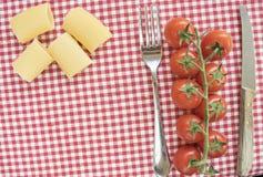 paccheri西红柿和巴马干酪平的位置在刀匠之间 图库摄影