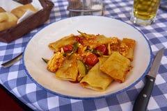 Paccheri面团用夏南瓜红色樱桃Tomatoe和Riccota Chee 库存照片