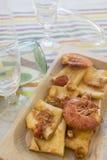 在大虾调味汁的Paccheri在一个木盘的 库存图片