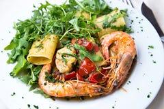 Paccheri de pâtes avec des crevettes roses Photo libre de droits