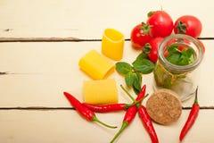 Paccheri italiano da massa com hortelã do tomate e pimenta de pimentão imagem de stock