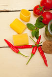 Paccheri italiano da massa com hortelã do tomate e pimenta de pimentão imagens de stock royalty free