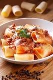 Paccheri Neapolitans met vleessaus Stock Afbeelding