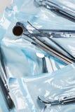 Pacchetti con gli strumenti di dentals fotografie stock libere da diritti