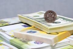 Pacchetti dei dollari e euro e la nuova moneta russa Fotografia Stock