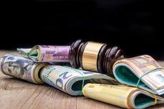 Pacchetti dei dollari, un pacchetto dell'euro con un martello del giudice Immagini Stock Libere da Diritti
