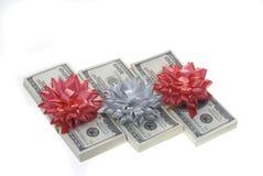 Pacchetti dei soldi con la decorazione di carta. fotografia stock