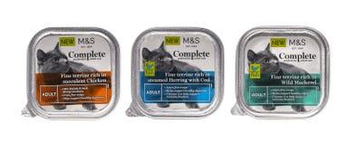 3 pacchetti del cibo per gatti adulto 0n di Spencer Complete e dei segni un fondo bianco Fotografie Stock