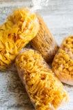 Pacchetti del fondo della pasta dell'uovo fotografia stock
