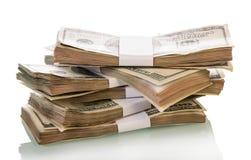 Pacchetti del primo piano dei dollari isolati su bianco Fotografie Stock