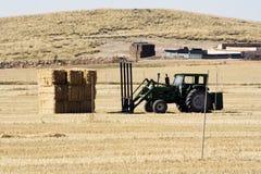 Pacchetti della paglia e del trattore Fotografia Stock