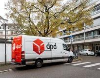 Pacchetti di distribuzione del furgone postale del corriere di DPD in distretto residenziale fotografie stock