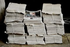 Pacchetti di giornale sulla via di Londra fotografia stock libera da diritti