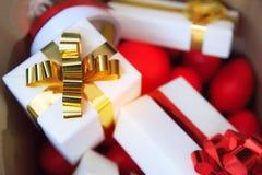 Pacchetti e cuori rossi in scatole attuali della borsa marrone con oro e nastri rossi come contenitori di regalo della festa per  fotografia stock