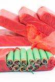 Pacchetti rossi con i petardi verdi Immagine Stock