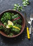 Pacchetti vegetariani della bietola svizzera Foglie della bietola farcite con le lenticchie e le verdure del giardino su un fondo Fotografia Stock Libera da Diritti