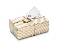 Pacchetto avvolto bloccato in carta a strisce dell'oro Fotografie Stock