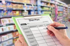Pacchetto con informazioni di nutrizione in supermercato Fotografia Stock