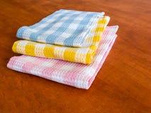 Pacchetto degli asciugamani di colore sulla tavola Fotografia Stock