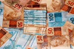 Pacchetto dei contanti con 50 e 100 note Fotografie Stock