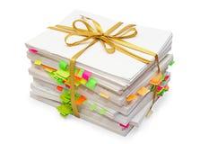 Pacchetto dei documenti legati in su da un nastro dell'oro Immagine Stock Libera da Diritti