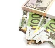 Pacchetto dei dollari e degli euro bruciati su bianco Immagini Stock Libere da Diritti
