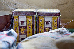Pacchetto del caffè sulla tavola con la ragnatela intorno Stile d'annata, vecchia stanza fotografia stock libera da diritti