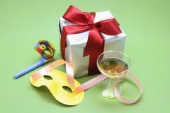 Pacchetto del regalo con i favori di partito ed il vetro di vino immagine stock libera da diritti
