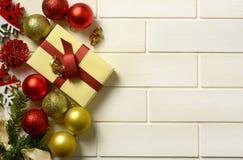 Pacchetto del regalo e decorazioni di Natale sulla parete bianca immagine stock libera da diritti