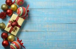 Pacchetto del regalo e decorazioni di Natale sulla tavola di legno blu fotografia stock libera da diritti