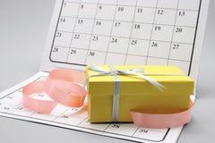 Pacchetto del regalo sul calendario fotografie stock